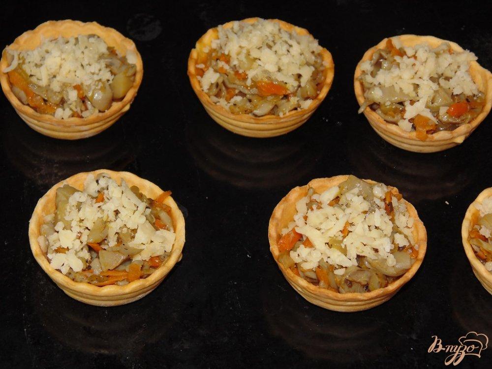 Фото приготовление рецепта: Тарталетки с вешенками под сыром шаг №9