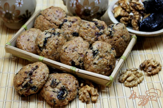 фото рецепта: Печенье на подсолнечном масле с черносливом и грецкими орехами