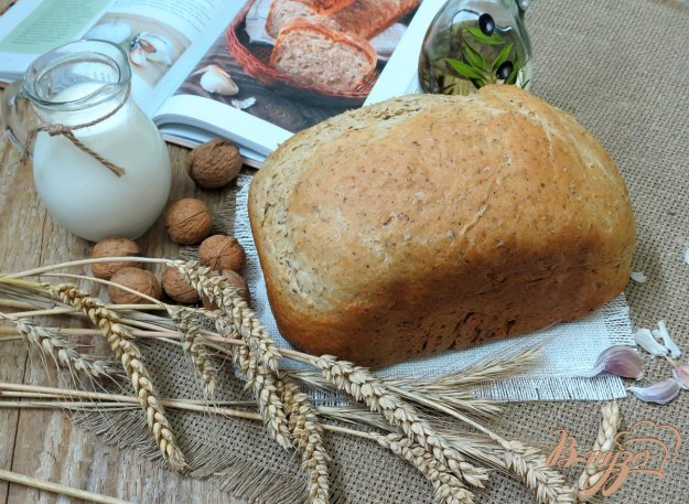 фото рецепта: Чесночный хлеб с травами и грецкими орехами