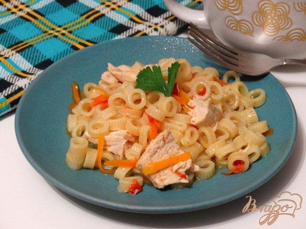 фото рецепта: Макароны с куриной грудкой и овощами в мультиварке