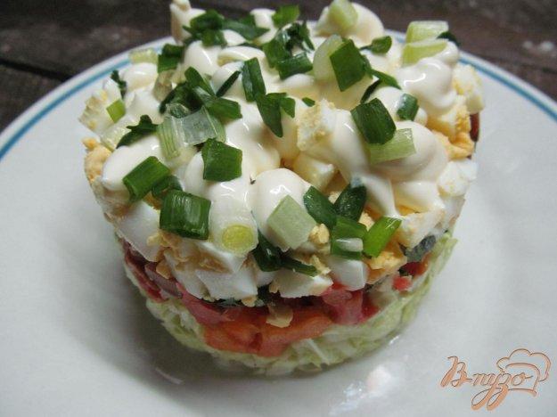 фото рецепта: Салат из пекинской капусты помидора и салями