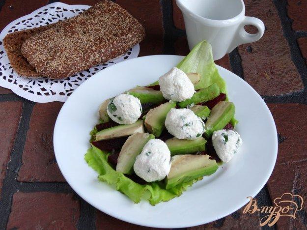 фото рецепта: Салат с авокадо, свеклой и творожными шариками