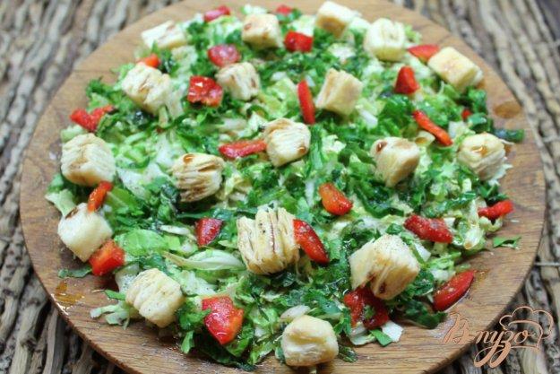 фото рецепта: Салат из пекинской капусты с перцем и слоеными подушечками