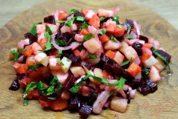 фото рецепта: Свекольный салат с маринованным луком и яблоком