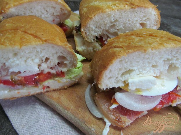 фото рецепта: Бутерброд с беконом яйцом и помидором