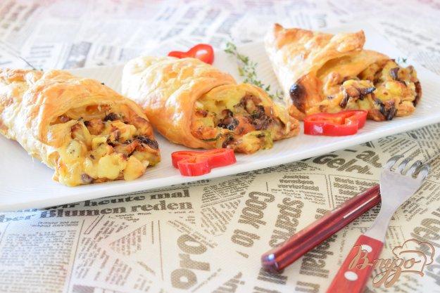фото рецепта: Кулечки с грибами и картофелем из слоеного теста