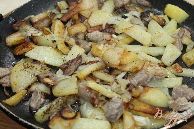 фото рецепта: Картофель жаренный со свининой и луком на сковороде