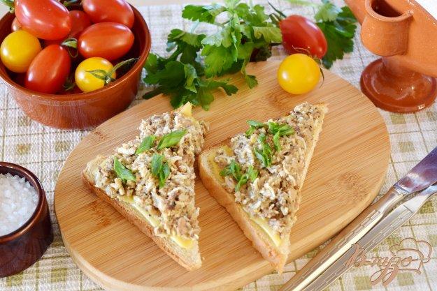 фото рецепта: Бутерброды с яйцом и консервой в масле