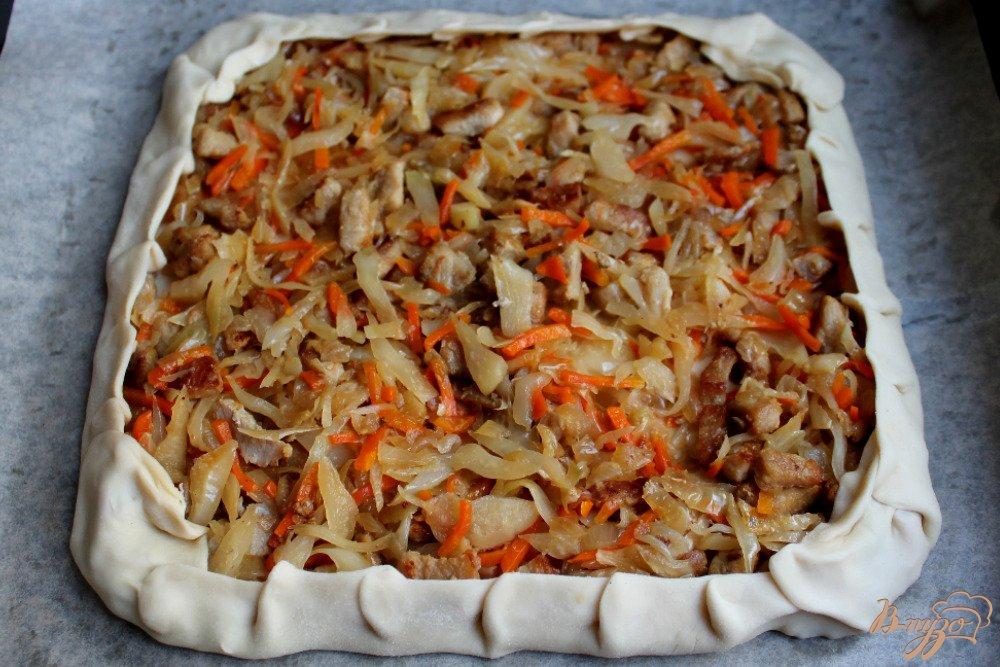 Фото приготовление рецепта: Слоеный пирог с капустой и мясом шаг №5