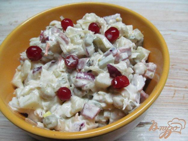 фото рецепта: Салат из квашеной капусты с копченной колбасой и картофелем