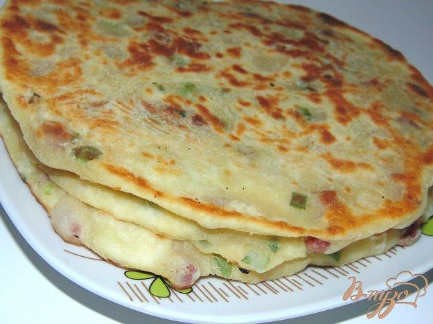 фото рецепта: Лепешки с копченой колбасой и зеленым луком