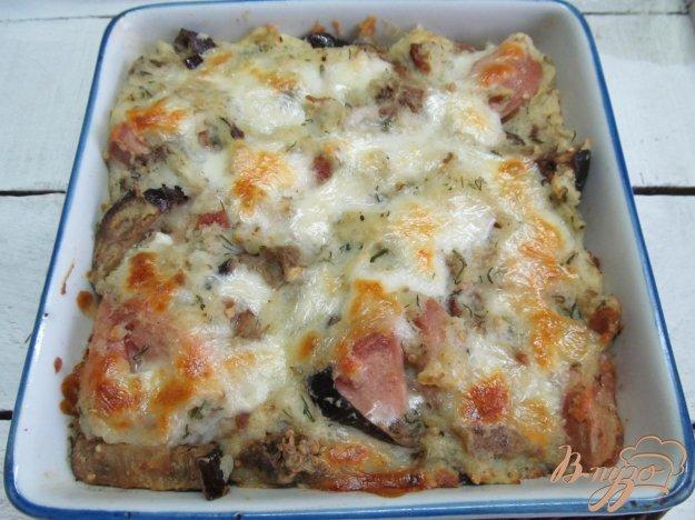 фото рецепта: Запеканка из картофельного пюре баклажана и сардельки