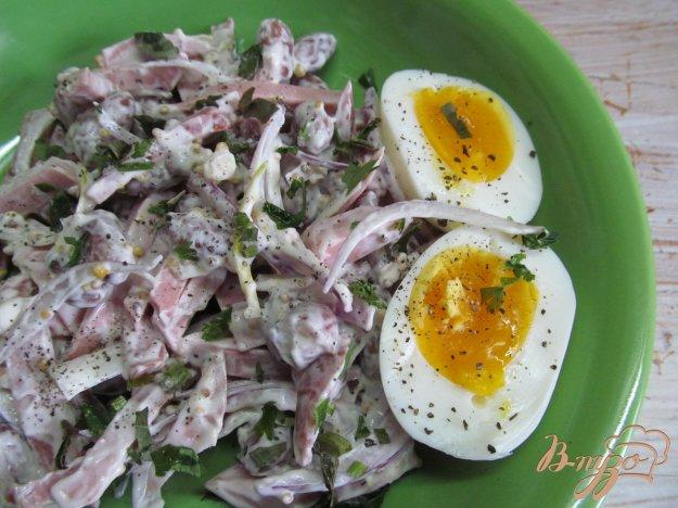 фото рецепта: Простой салат из фасоли с колбасой