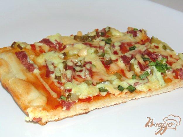 фото рецепта: Пицца с ветчиной и маринованными огурчиками