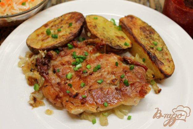 фото рецепта: Свиная корейка запеченная с чесноком и картофелем