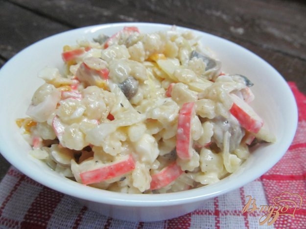 фото рецепта: Салат из крабовых палочек с грибами