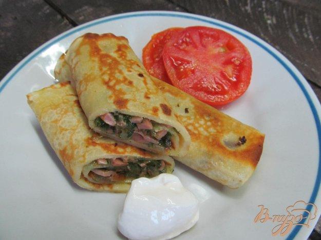 фото рецепта: Блинчики фаршированные шпинатом сыром и колбасой