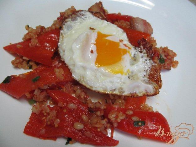 фото рецепта: Яйцо на подушке из перца и булгура