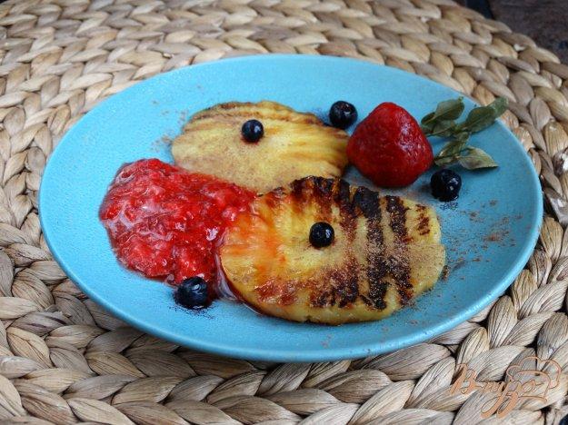 фото рецепта: Ананас-гриль с клубничным соусом и корицей