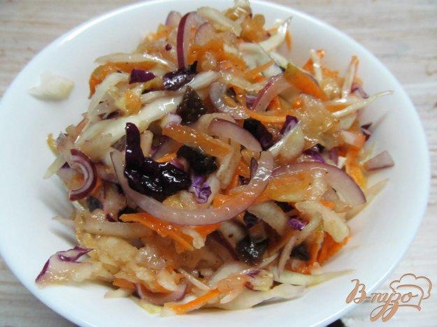фото рецепта: Салат из капусты с сельдереем и черносливом