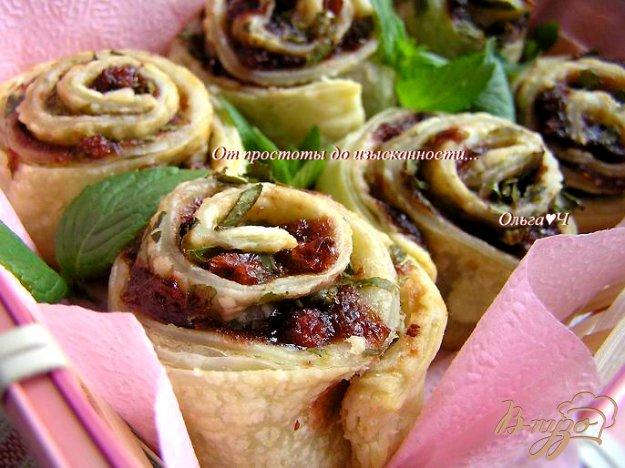 фото рецепта: Слоеные розочки с брусникой и мятой