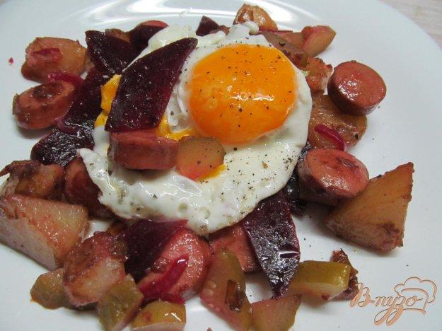 фото рецепта: Теплый картофельный салат с сосисками и маринованной свеклой