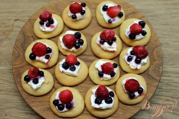 фото рецепта: Бисквитное печенье с маскарпоне и ягодами