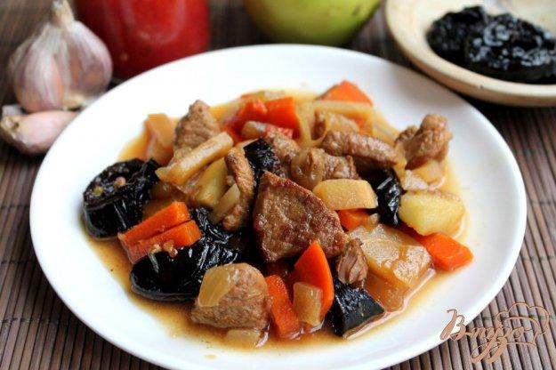 фото рецепта: Говядина с корнеплодами черносливом и яблоком