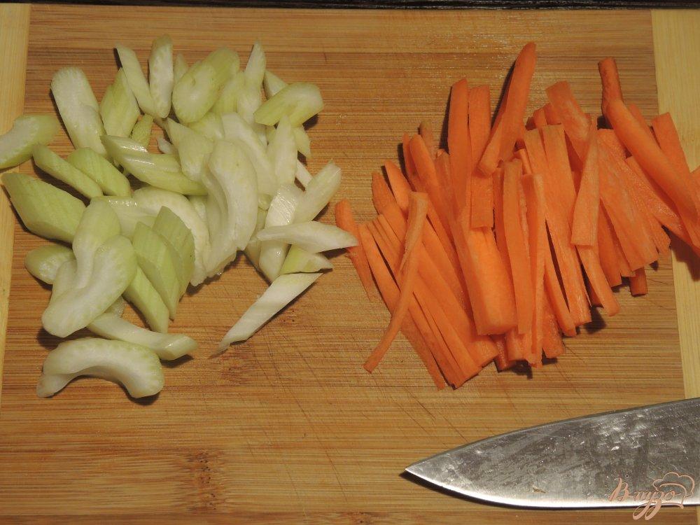 Фото приготовление рецепта: Гречневая лапша (соба) с курицей и овощами шаг №5
