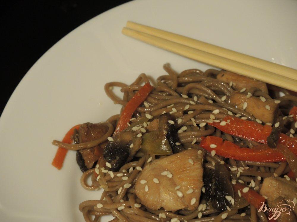 Фото приготовление рецепта: Гречневая лапша (соба) с курицей и овощами шаг №14