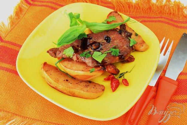 фото рецепта: Мясо с айвой, запеченное в пакете