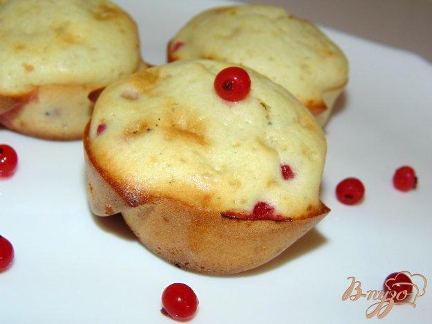 фото рецепта: Кексы на молоке с красной смородиной