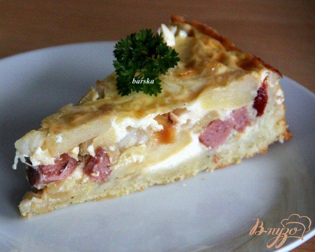фото рецепта: Пирог с яблоками, луком и копчеными колбасками