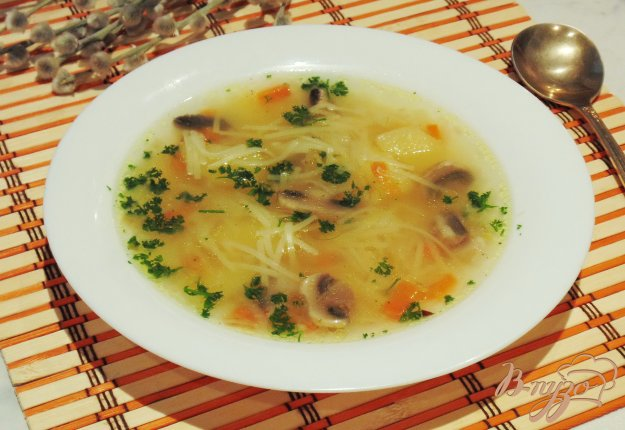фото рецепта: Вегетарианский суп с вермишелью и грибами