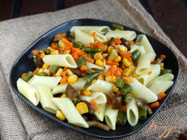 фото рецепта: Теплый салат с пенне, опятами и овощами