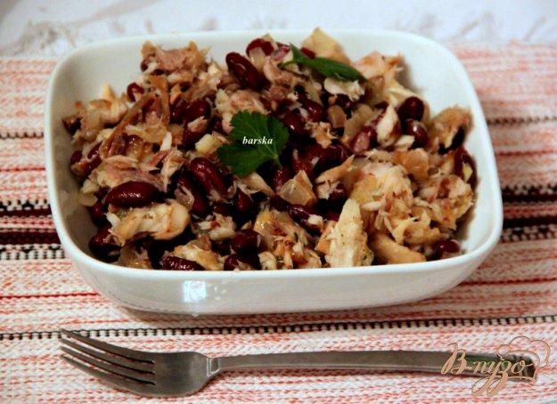фото рецепта: Салат из фасоли и копченой скумбрии
