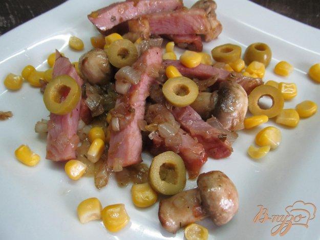фото рецепта: Теплый салат из ветчины с грибами
