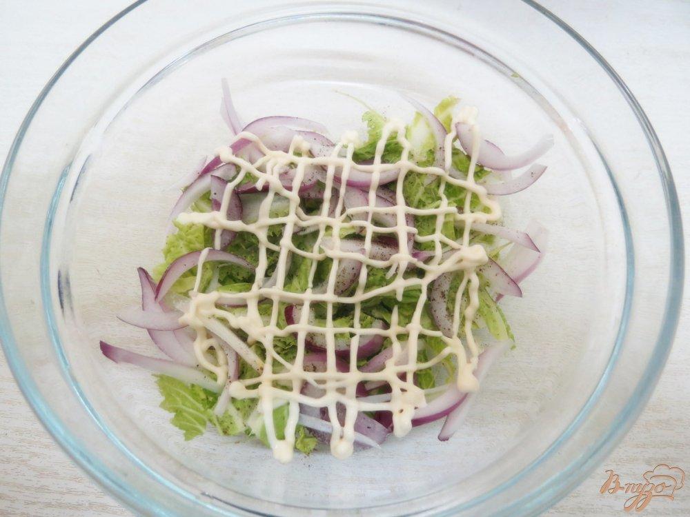 Фото приготовление рецепта: Салат из сыра, грибов и яиц шаг №7