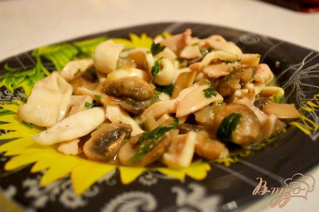 фото рецепта: Кальмары, тушеные с грибами