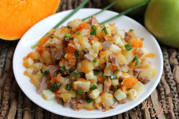фото рецепта: Картофельный салат с печеной тыквой, яблоком и свининой