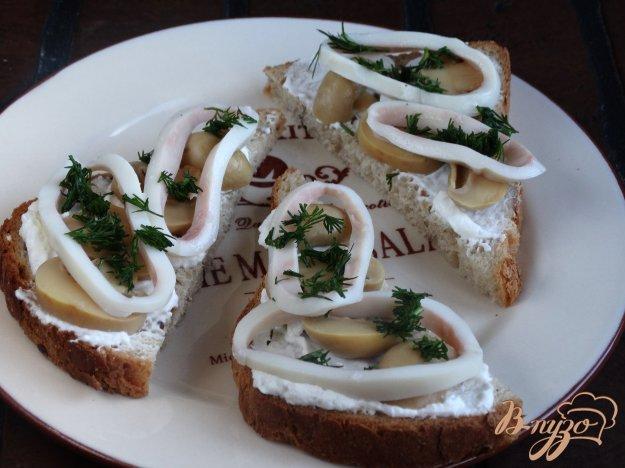 фото рецепта: Бутерброды с грибами и кальмарами