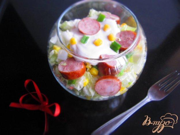 фото рецепта: Салат с кукурузой и копчеными колбасками