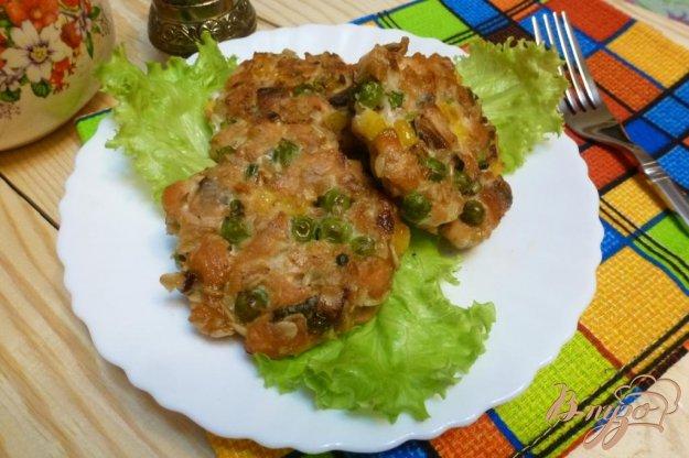 фото рецепта: Котлеты из кеты с горошком и кукурузой
