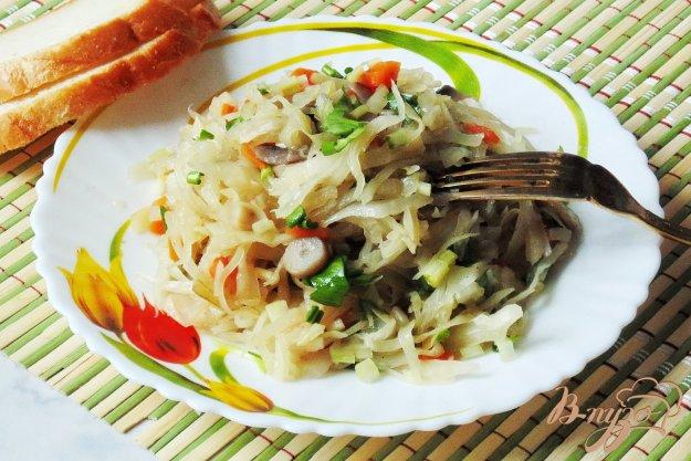 фото рецепта: Тушеная капуста с шампиньонами и черемшой