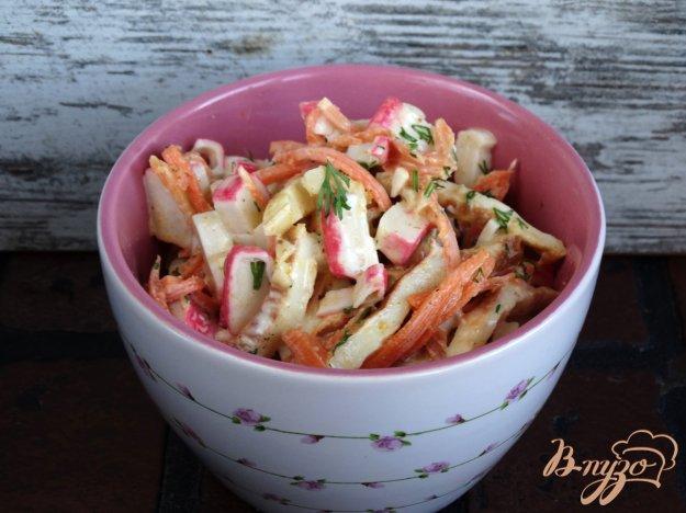 фото рецепта: Салат с корейской морковкой, омлетом и крабовыми палочками