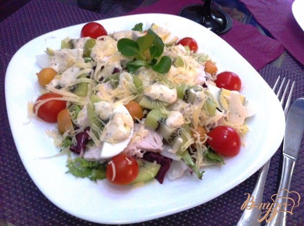 фото рецепта: Овощной салат с куриным филе и киви