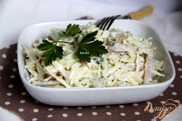 фото рецепта: Салат из капусты, огурца и колбасы