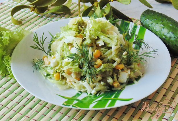 фото рецепта: Салат из ананасов,  огурцов и кукурузы
