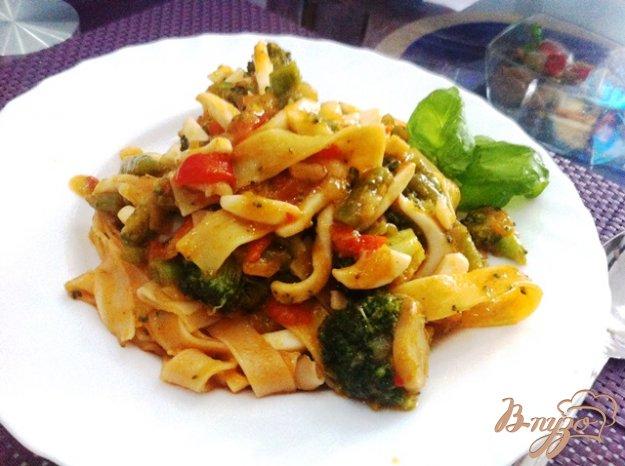 фото рецепта: Кальмары с овощами и рисовой лапшой