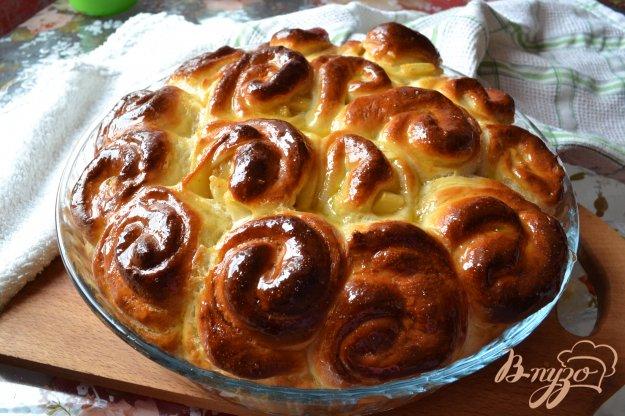 фото рецепта: Воздушные булочки с яблоками на кефире